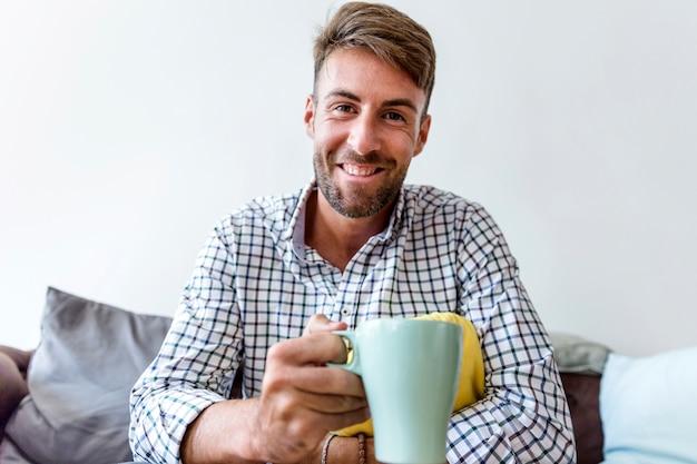 Homem jovem, tendo um café