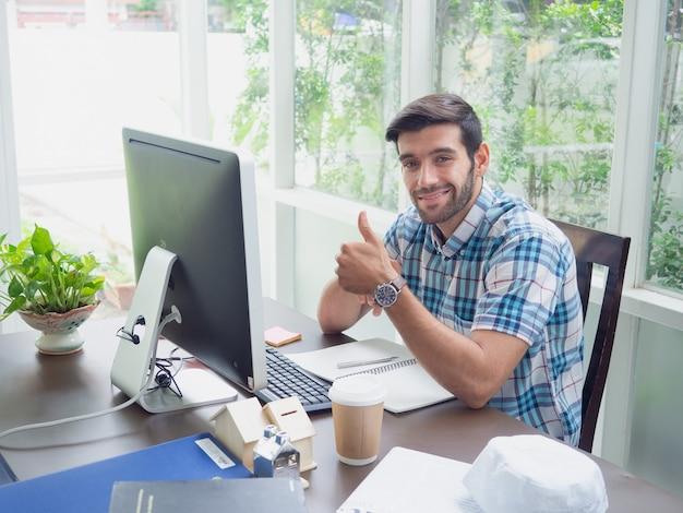 Homem jovem, trabalhando casa, com, batida