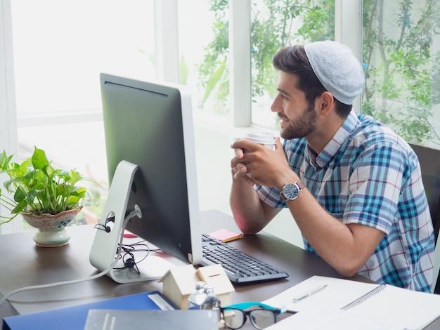 Homem jovem, trabalhando casa, com, café