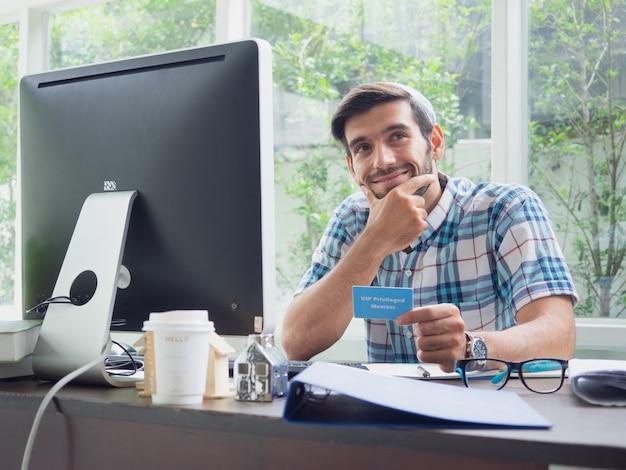 Homem jovem, trabalhando casa, com, cartão saúde seguro