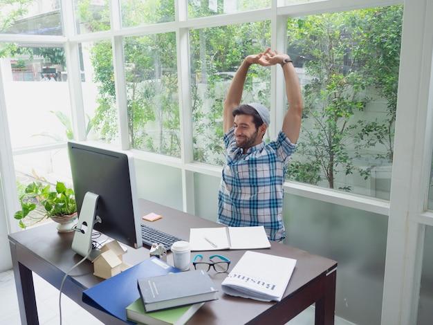 Homem jovem, trabalhando casa, e, estiramento