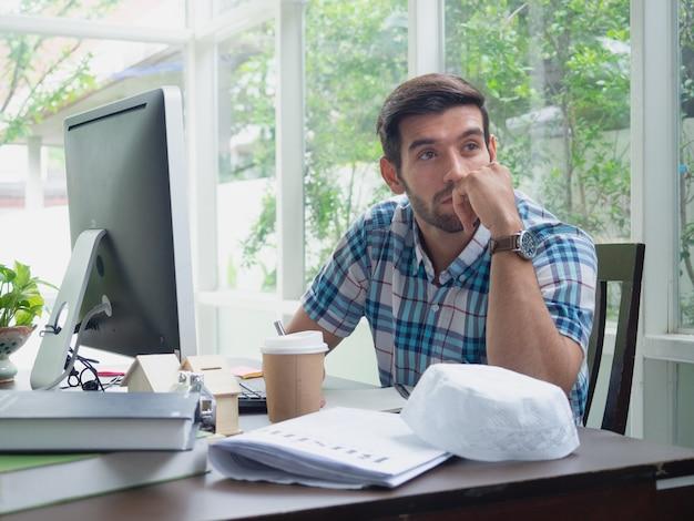 Homem jovem, trabalhando casa, e, pensando, algo