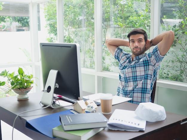 Homem jovem, trabalhando casa, e, relex