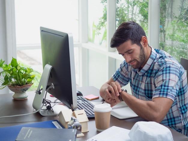Homem jovem, trabalhando casa, e, relógio