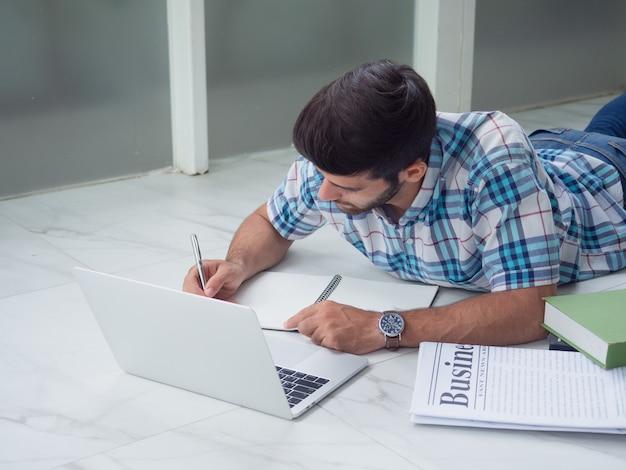 Homem jovem, trabalhando casa