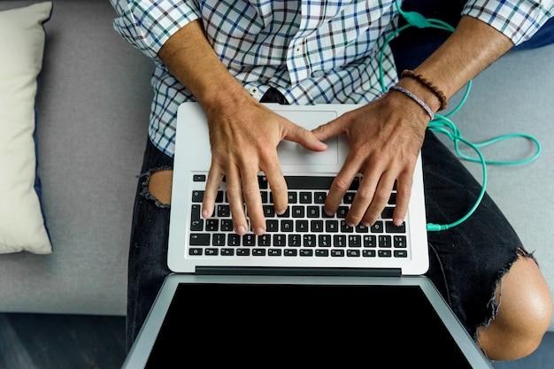 Homem jovem, trabalhando, com, laptop
