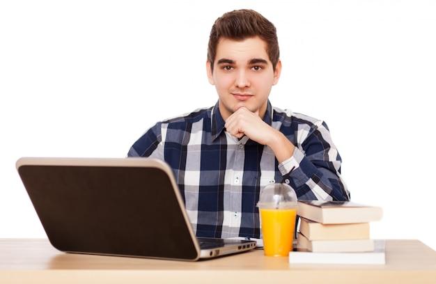 Homem jovem, trabalhando, com, um, laptop