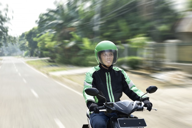 Homem jovem, trabalhando, como, motociclista, motorista táxi