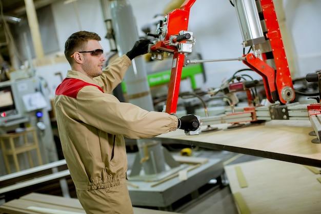 Homem jovem, trabalhando, em, a, mobília, fábrica