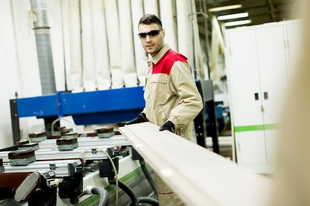 Homem jovem, trabalhando, em, mobília, fábrica