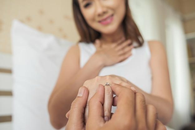 Homem jovem, trazer, anel, caixa, para, seu, namorada, em, seu, lar