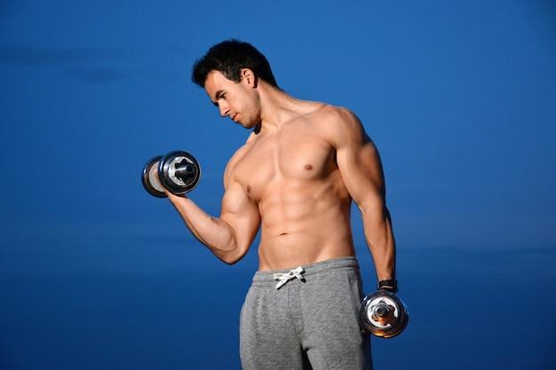 Homem jovem, treinamento, com, dumbbells