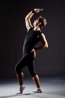 Homem jovem, treinamento, para, balé, danças