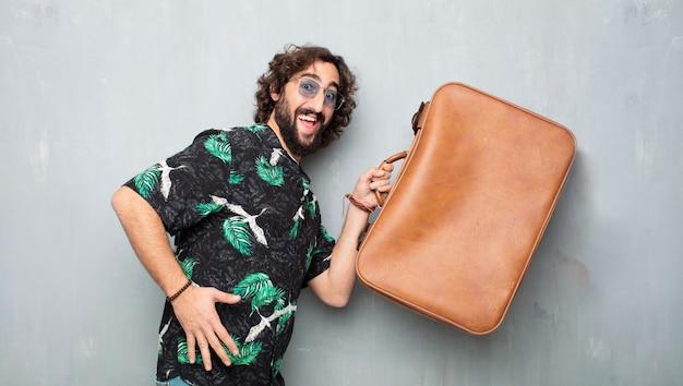 Homem jovem turista com um estojo de couro