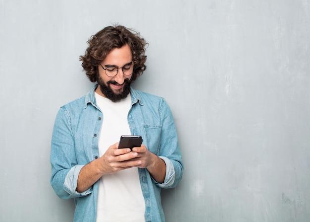 Homem jovem turista com um telefone móvel