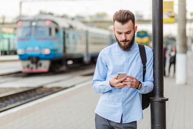 Homem jovem, usando, cellphone, em, ao ar livre