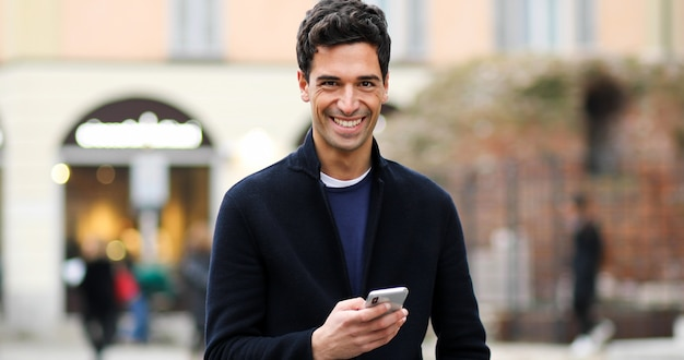 Homem jovem, usando, um, smartphone, ao ar livre
