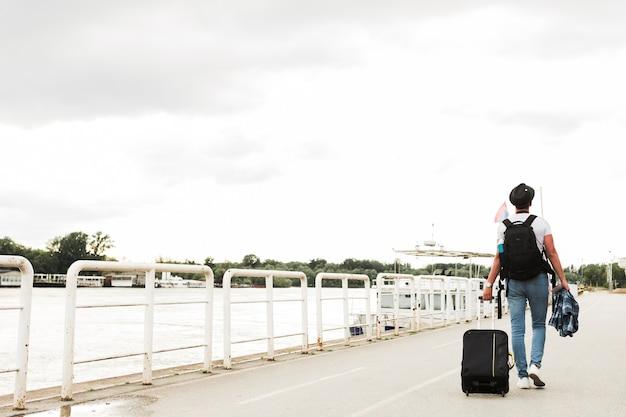 Homem jovem, viajando, ao redor mundo