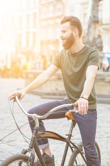 Homem jovem, viajando, por, bicicleta