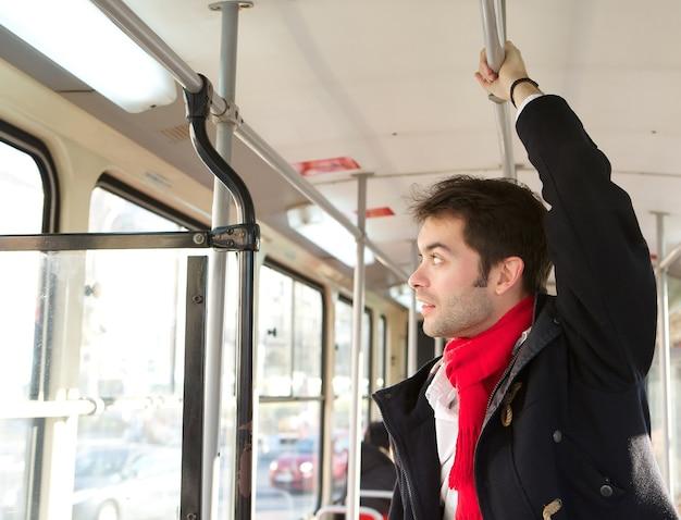 Homem jovem, viajando, por, transporte público