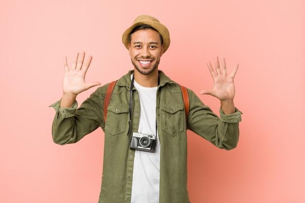 Homem jovem viajante filipino mostrando o número dez com as mãos.
