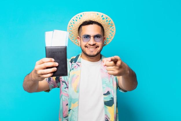 Homem jovem viajante hispânico apontando ou mostrando