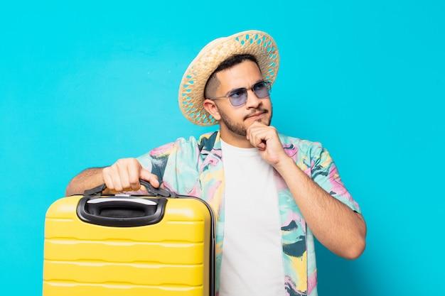 Homem jovem viajante hispânico em dúvida ou expressão incerta