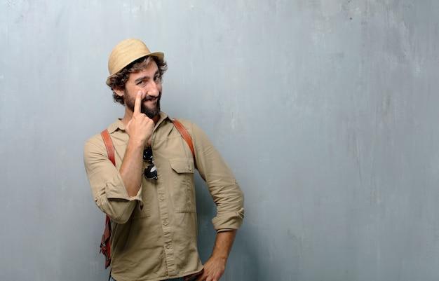 Homem jovem viajante olhando, observando