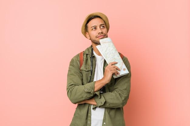 Homem jovem viajante segurando um mapa