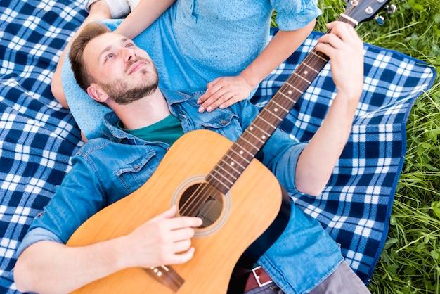 Homem jovem, violão jogo, para, namorada