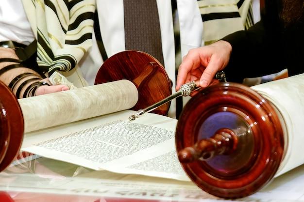 Homem judeu vestido de roupa ritual