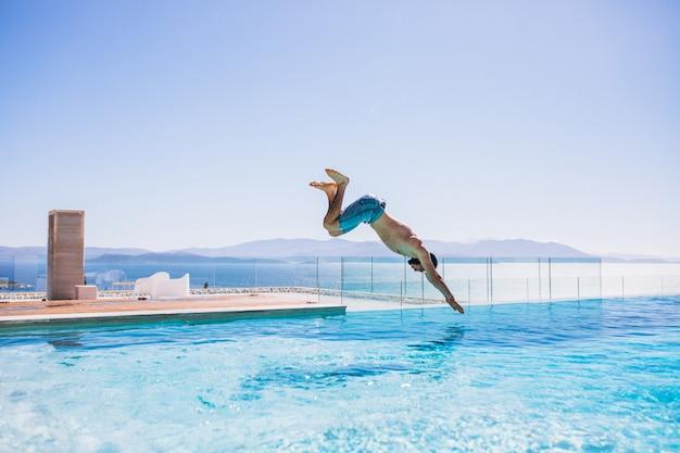 Homem, jumpinhg, em, a, piscina
