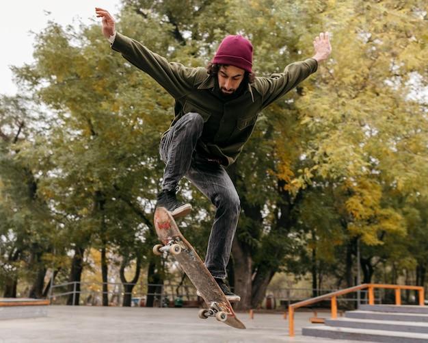 Homem lá fora com skate