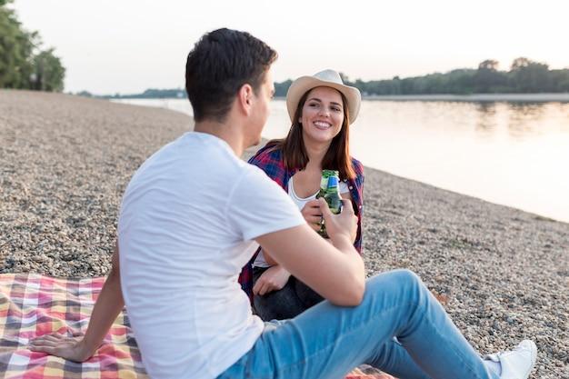 Homem lateral brindando com sua namorada