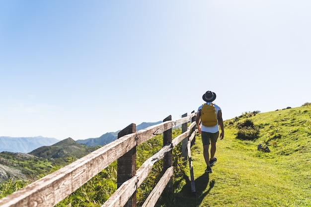 Homem latino-americano, caminhadas na montanha usando mochila