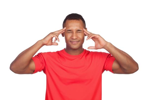 Homem latino, concentrado, pensando