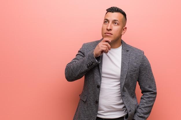 Homem latino elegante jovem, duvidando e confuso