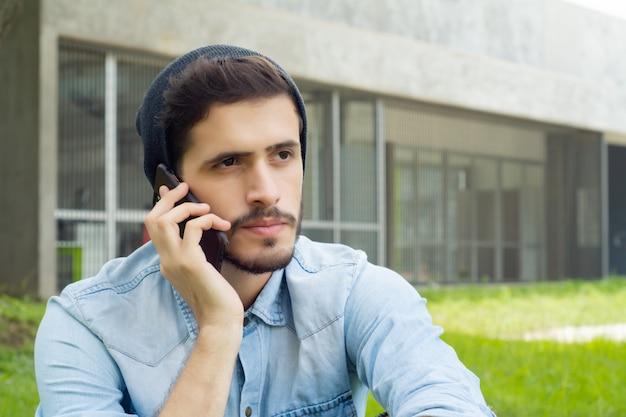 Homem latino, falando telefone