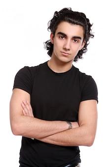 Homem latino jovem e atraente
