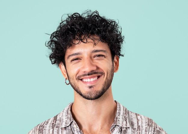 Homem latino sorrindo maquete psd expressão alegre closeup retrato