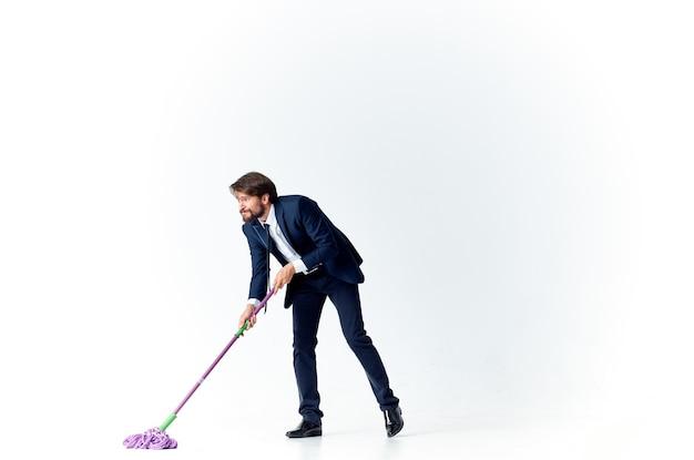 Homem lava o chão com um serviço de trabalho de escritório de gerente de esfregão Foto Premium