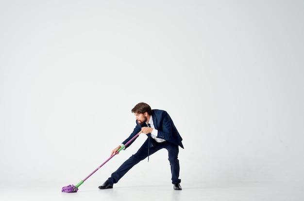 Homem lava o chão com um serviço de trabalho de escritório de gerente de esfregão