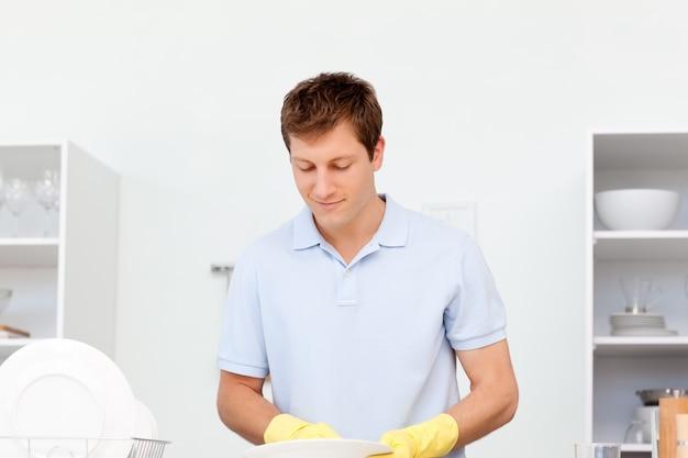 Homem lavando pratos