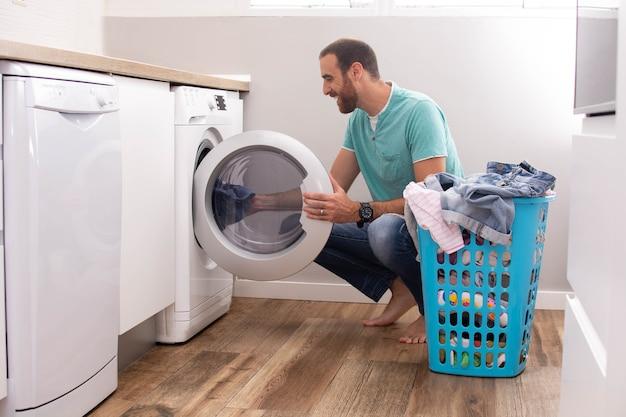 Homem lavando roupa em casa