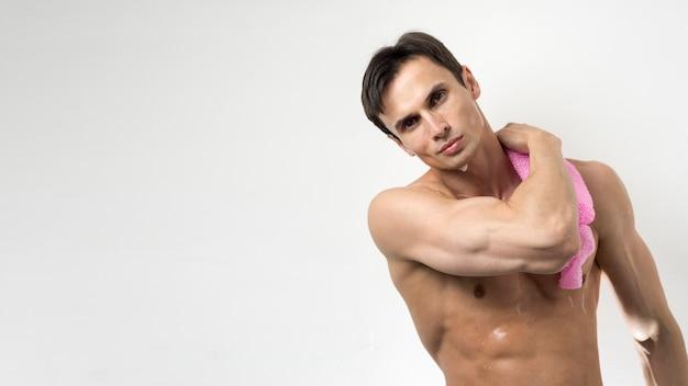 Homem lavando seu corpo com espaço de cópia