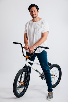 Homem legal com bmx bike