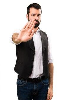 Homem legal fazendo sinal de parada no fundo branco isolado