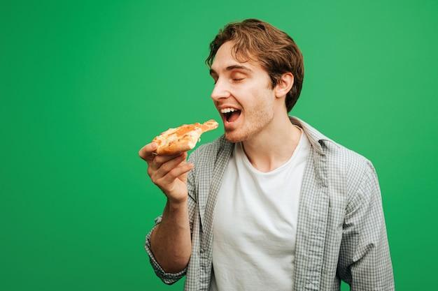 Homem legal morde um pedaço de pizza