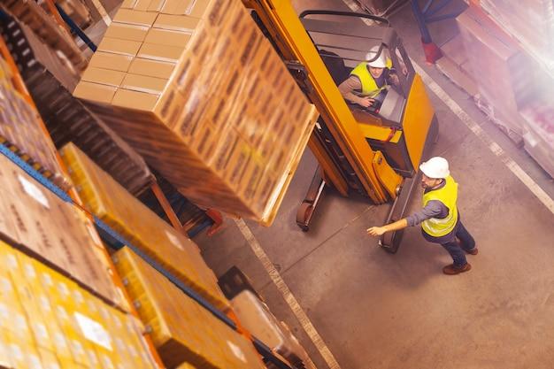Homem legal profissional trabalhando juntos enquanto movem a carga