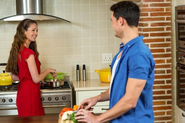 Homem, legumes chopping, e, mulher, cozinhar, ligado, fogão, em, cozinha, casa